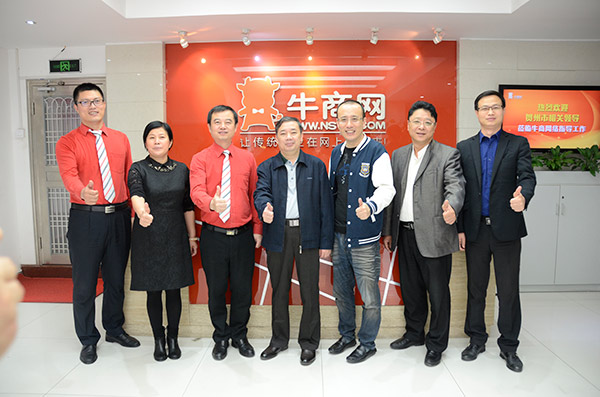 陈翼明副市长(中)和贺州市政府考察团和龙8国际pt老虎总经理(右三)等高管合影
